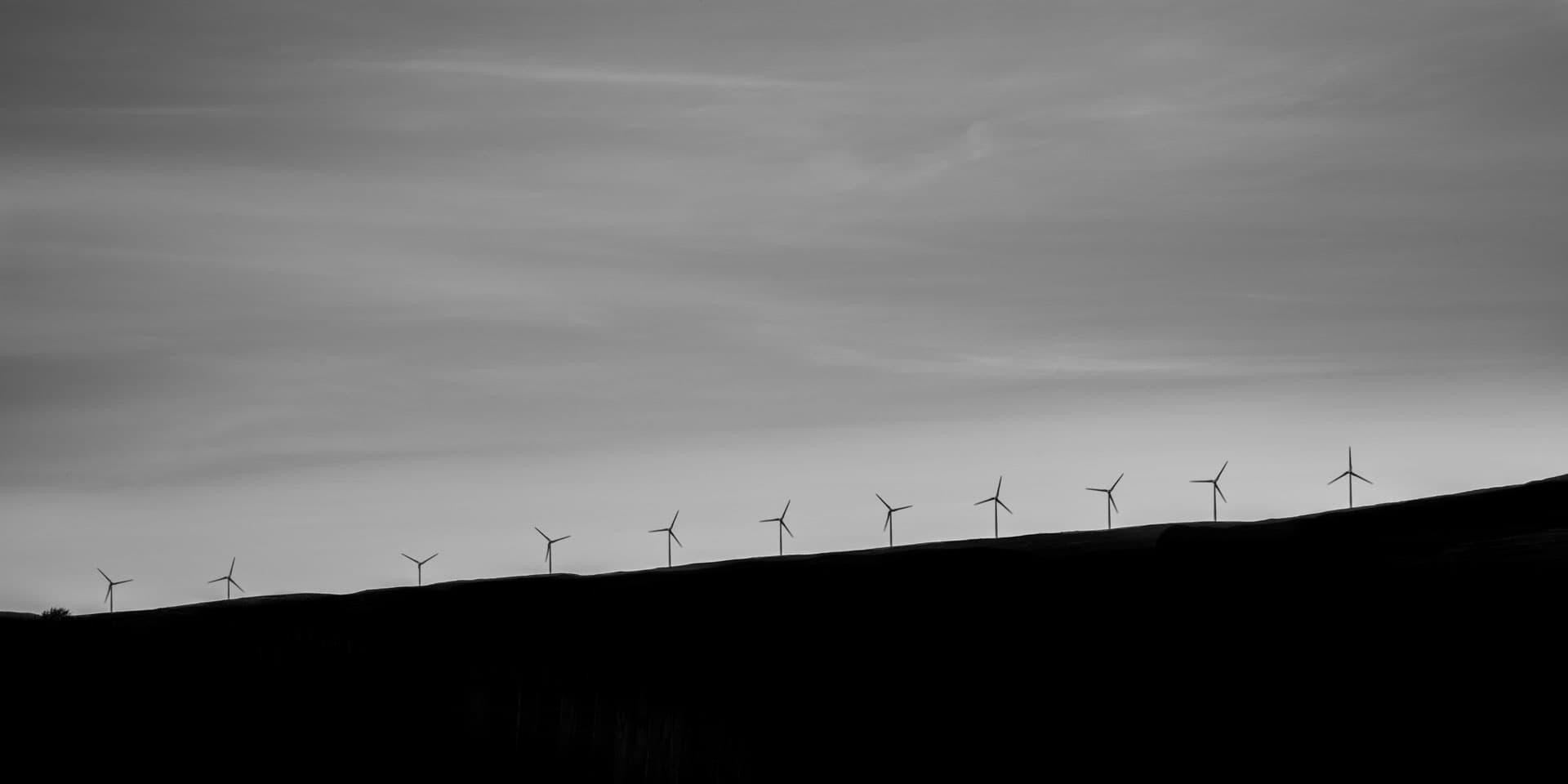 Photo d'un paysage avec des éoliennes